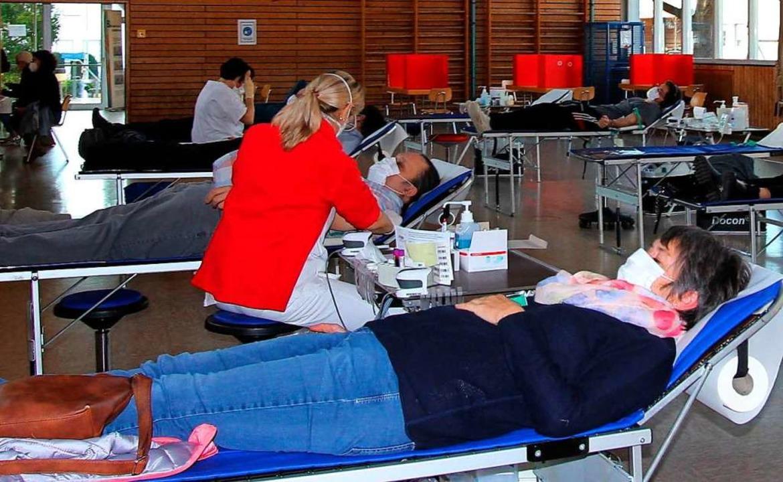 Über viele Spendenwillige freuten sich...en der Blutspendeaktion in Oberbergen.  | Foto: Herbert Trogus