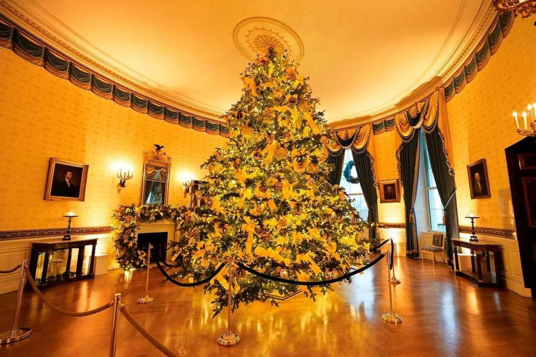 Der offizielle Weihnachtsbaum im Blaue...Room) passt gerade so unter die Decke.  | Foto: Patrick Semansky (dpa)
