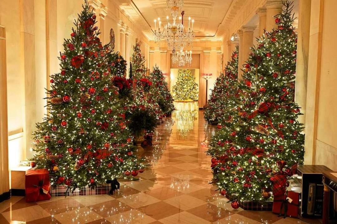 Der Flur, der zum Bankettsaal des Weiß...festlichen Weihnachtsbäumen dekoriert.  | Foto: Patrick Semansky (dpa)