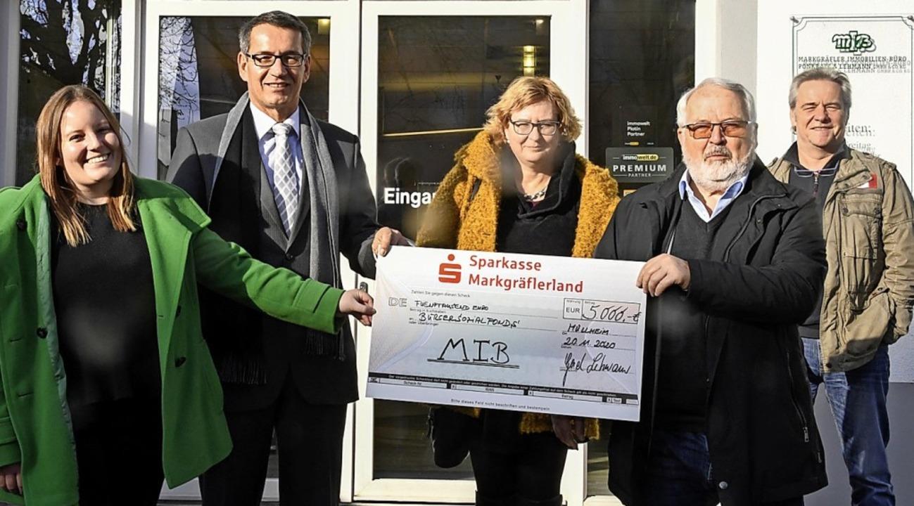 Eine Spende über 5000 Euro überreichte...n Mees vom Bürgersozialfonds Müllheim.  | Foto: Volker Münch