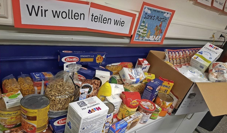 Ein Teil der Spenden für den Tafelladen     Foto: Schule