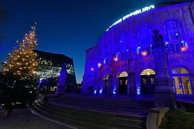 Bei einer Aktion gegen die Todesstrafe strahlt das Freiburger Stadttheater in Blau