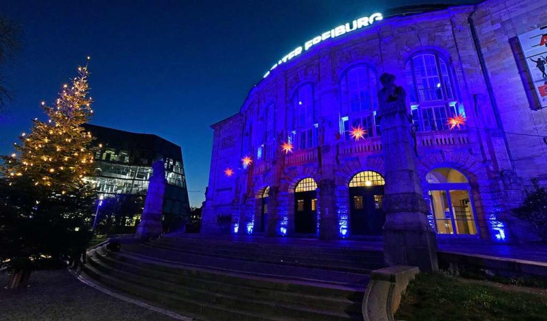Das Freiburger Stadttheater strahlt in Blau.  | Foto: Michael Bamberger