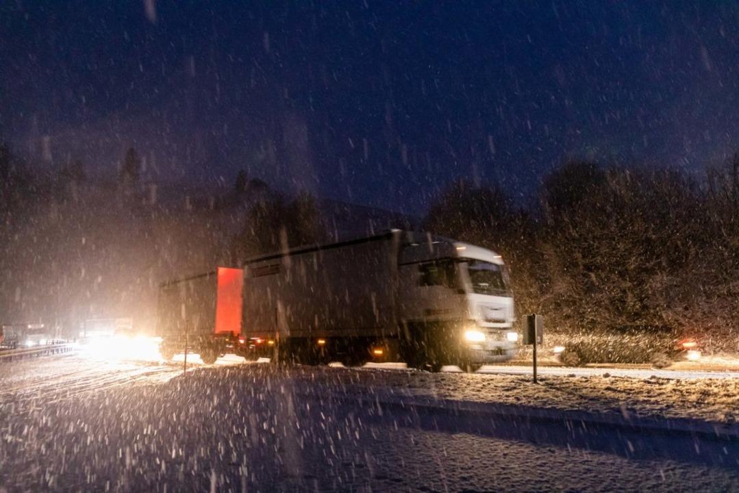 Winterliche Straßenverhältnisse auf de...en, die Räumfahrzeuge sind im Einsatz.  | Foto: Philipp von Ditfurth (dpa)