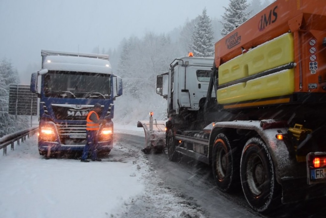 Der erste Schnee führt zu Verkehrsproblemen im Hochschwarzwald.  | Foto: Kamera24