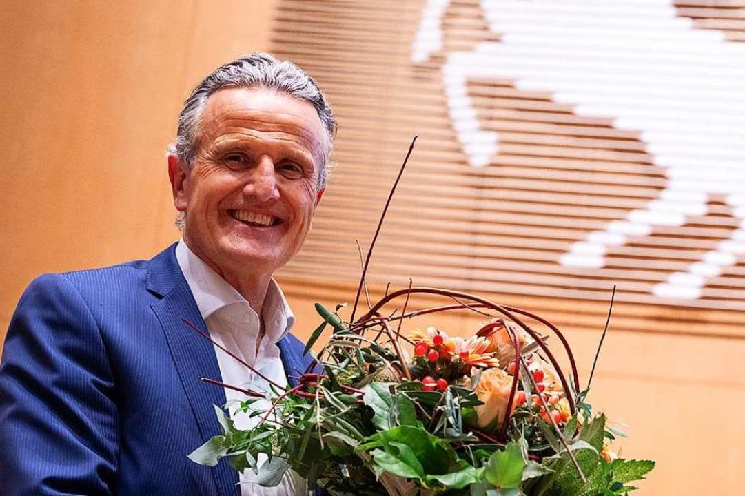 Frank Nopper bekam nach seiner Wahl einen Blumenstrauß überreicht.     Foto: Sebastian Gollnow (dpa)