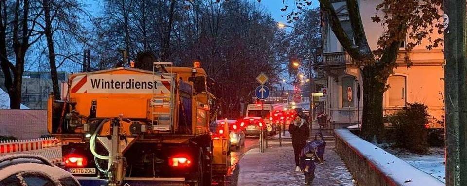 Zahlreiche Unfälle und Verkehrsbehinderungen durch Neuschnee zum Winteranfang