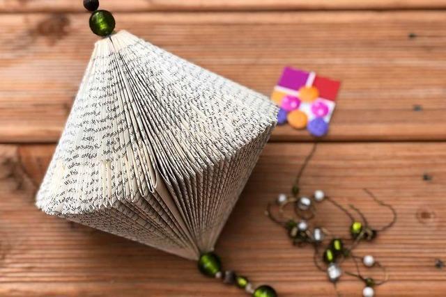 Basteln Sie aus alten Buchseiten einen adventlichen Buchdiamanten!