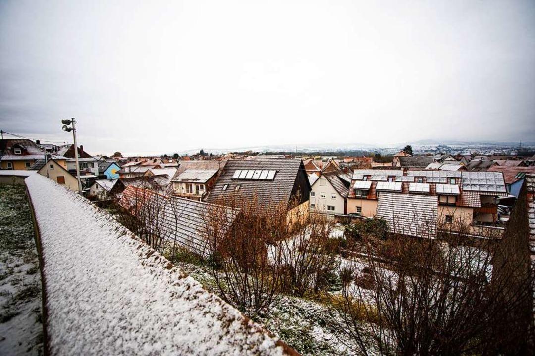Blick über die Dächer Gottenheims vom Vorplatz der Kirche aus.  | Foto: Hubert Gemmert