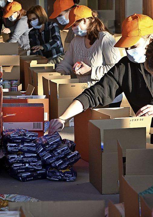 Nur 20 Helfer durften diesmal für die Tafeln packen.   | Foto: Benedikt Sommer