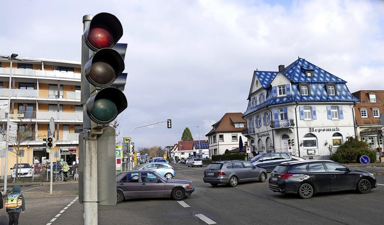 Noch Regeln Ampeln den Verkehr an der ... Hier soll ein Kreisverkehr entstehen.  | Foto: Frank Schoch