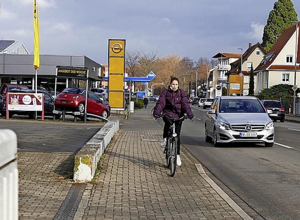 Fahrradfahrer sollen  auf markierten Wegen auf der Freiburger Straße fahren.  | Foto: Frank Schoch