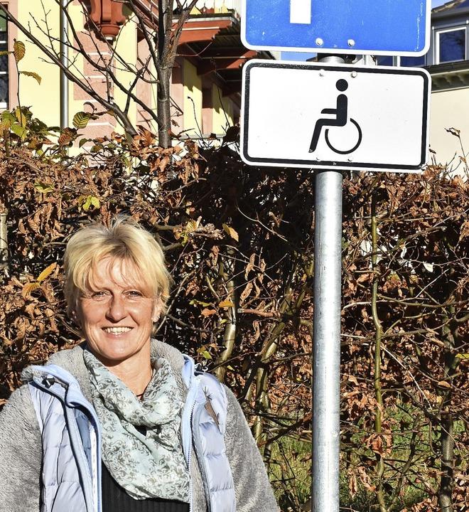 Sabine Mark vor dem Behindertenparkplatz am Rathaus.    Foto: Thomas Biniossek