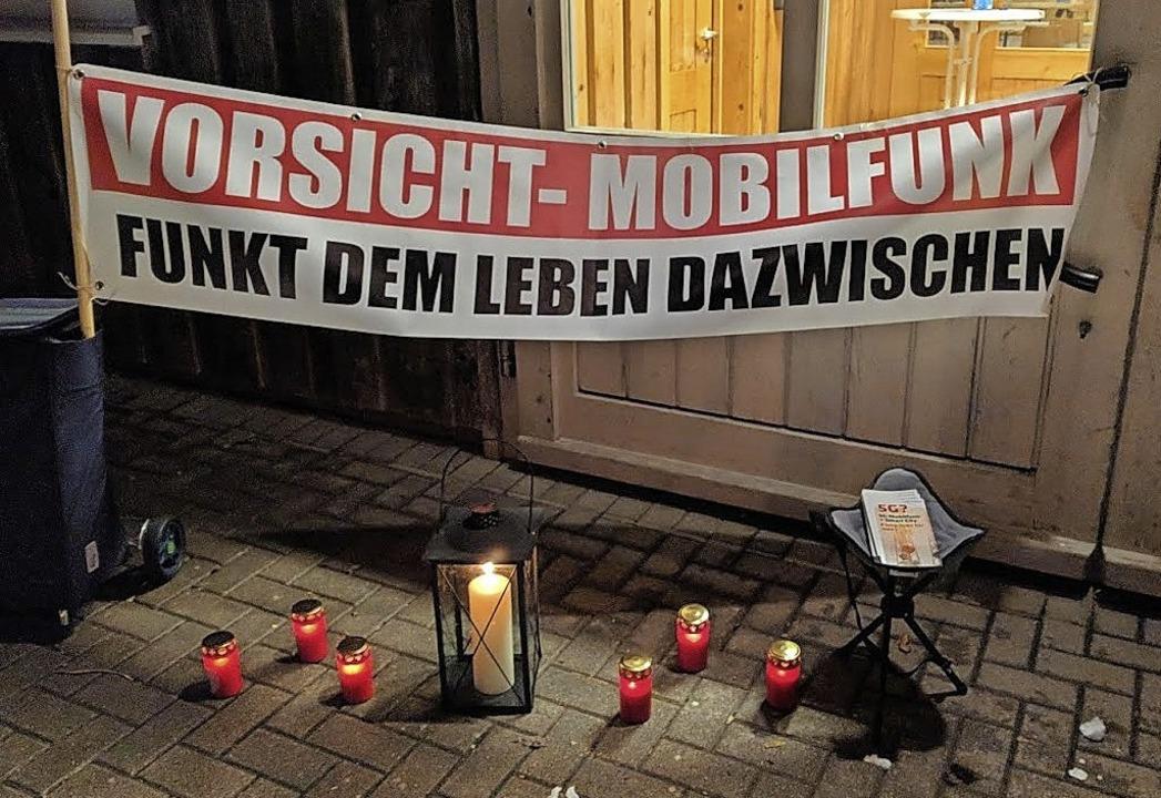 Rund 20 Bürger aus St. Märgen protesti...den Bau einer Vodafone-Funkmastanlage.  | Foto: Thomas Biniossek