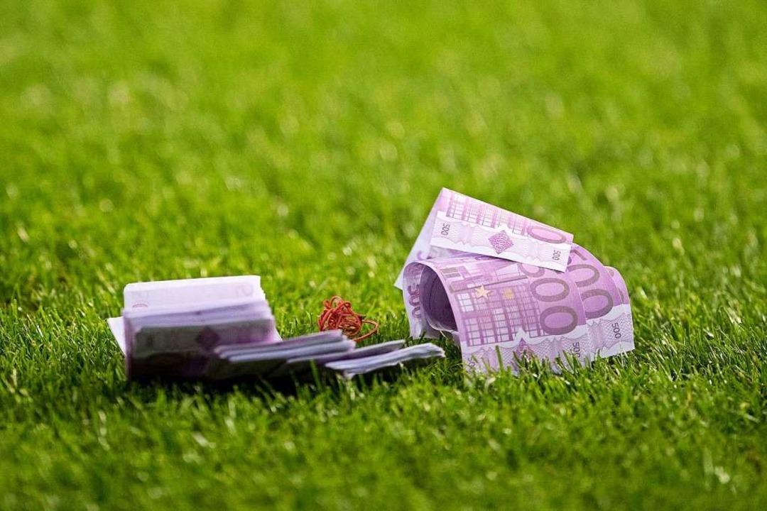 Das Geld liegt auf der Straße? Im Fußb...– bis hinunter in die Kreisliga.  | Foto: Marius Becker