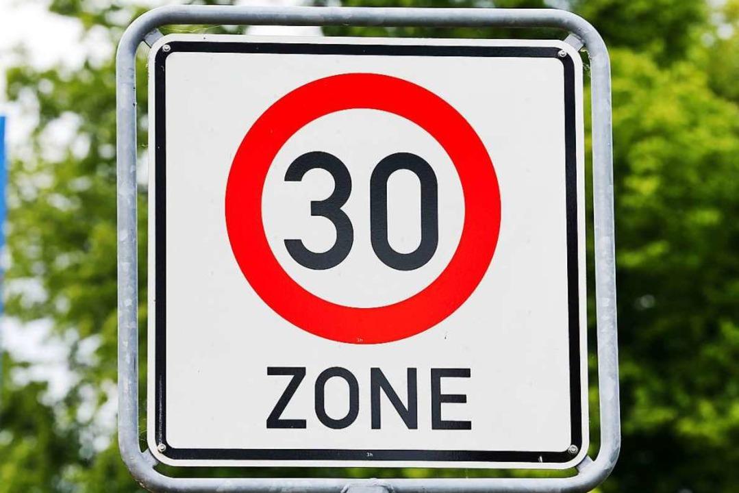 Tempo 30  soll nach dem Willen der Sta...ig in der gesamten Kirchstraße gelten.    Foto: Jens Büttner (dpa)