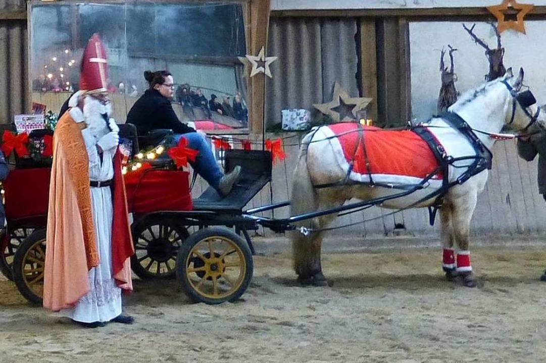 In St. Peter besucht der Nikolaus an s...eilt vor der Haustür kleine Geschenke.  | Foto: Privat