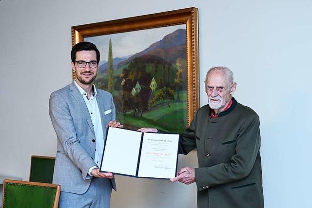 Helmut Knosp bekommt im Freiburger Rathaus das Bundesverdienstkreuz