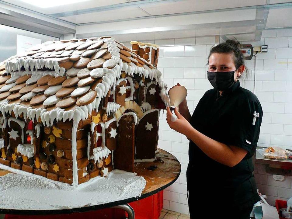Die beste Konditorengesellin im Bereic... bei der Arbeit an einem Lebkuchenhaus    Foto: Nina Herrmann