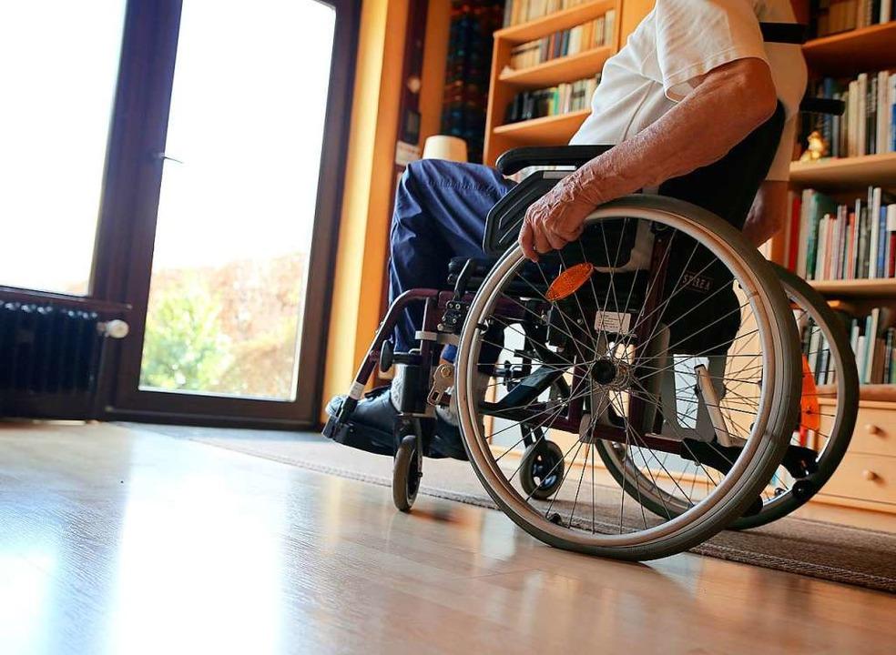 Manche Menschen mit einer körperlichen Behinderung sitzen im Rollstuhl.  | Foto: Mascha Brichta