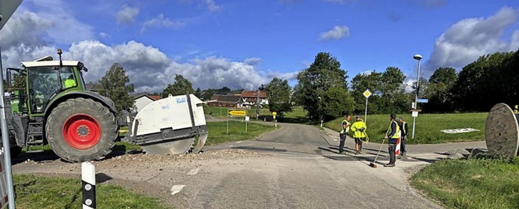 Arbeiter verlegen das Kabel in der Kre...Amrigschwand an  Abzweigung Ellmenegg.  | Foto: Gutmann GmbH