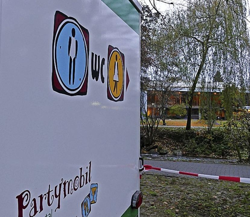 Mobiler Toilettenwagen gegenüber des geschlossenen Kurhauses    Foto: Frank Schoch