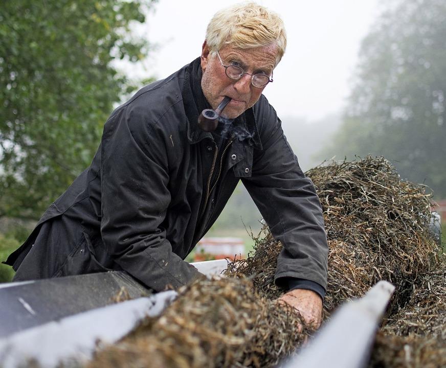 Arbeiten mit Seegras: Dachdecker Henni...nfangs vor einem Rätsel, wie das geht.    Foto: Anna-Theresa Bachmann