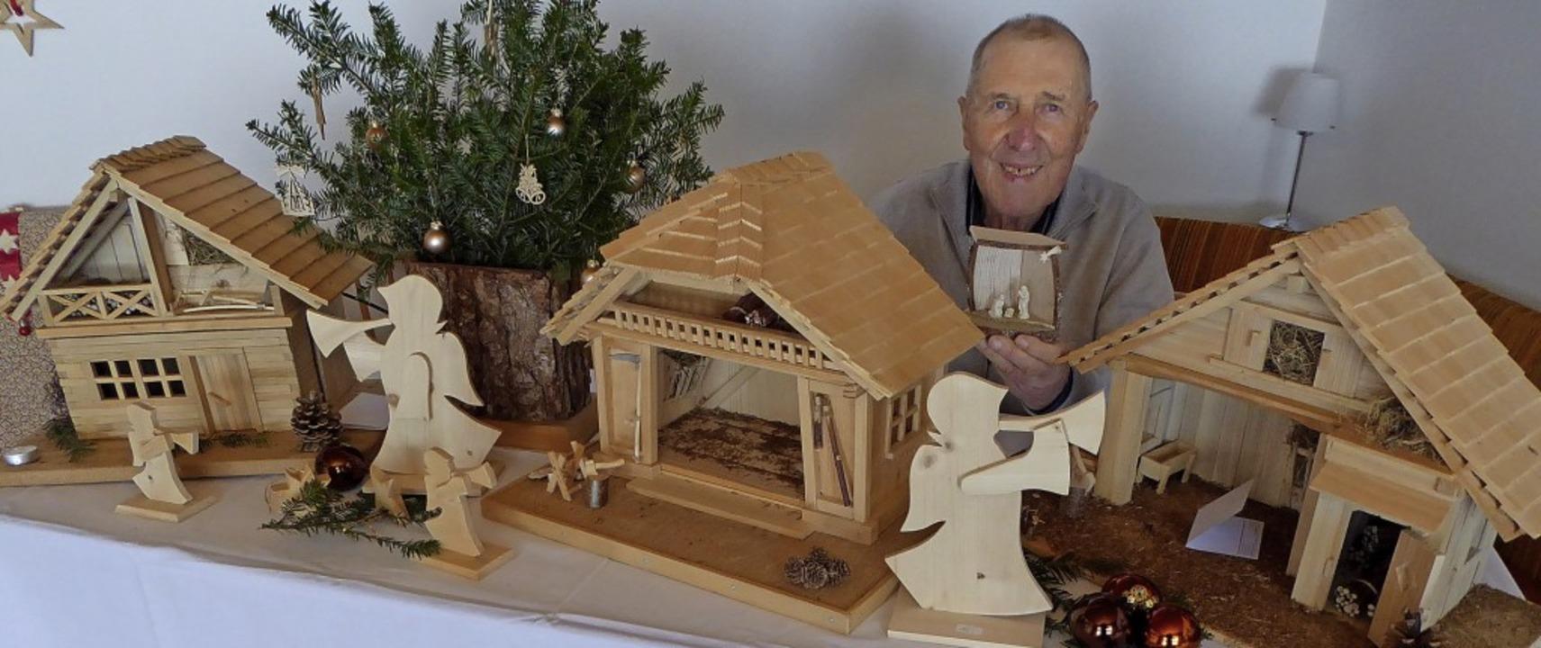 Krippenbauer Anton Wehrle, in der Hand...ehnten entstanden sind, weiß er nicht.    Foto: Peter Stellmach