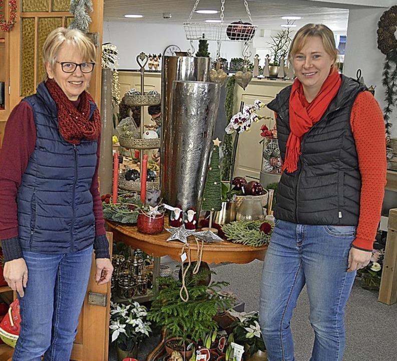 Barbara Banholzer und Lena Gazzana mit weihnachtlichem Grün  | Foto: Edgar Steinfelder