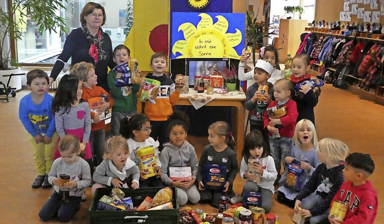 <BZ-FotoAnlauf>Kindergarten Zell:</BZ-... Leiterin Birgit Vogt mit ihrer Gruppe    Foto: privat