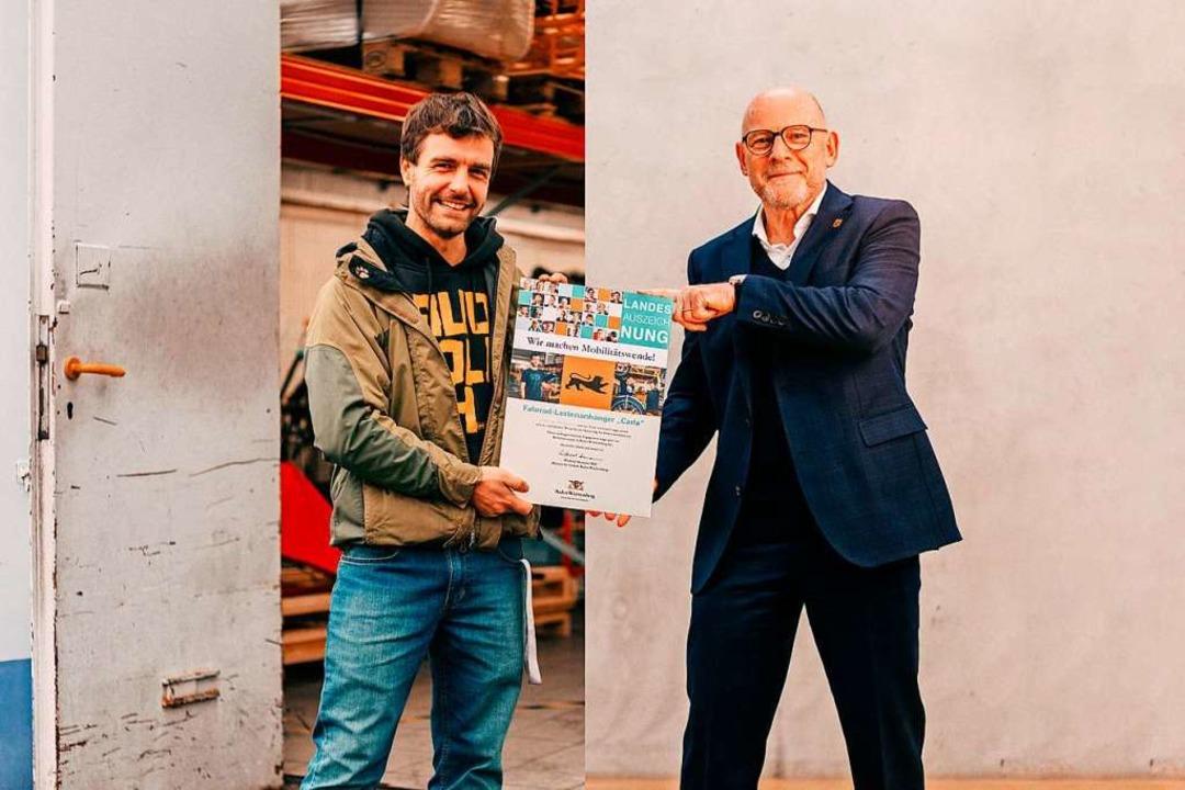 Verkehrsminister Winfried Herrmann (r....gibt Markus Bergmann die Auszeichnung.    Foto: Christof Kreutzer