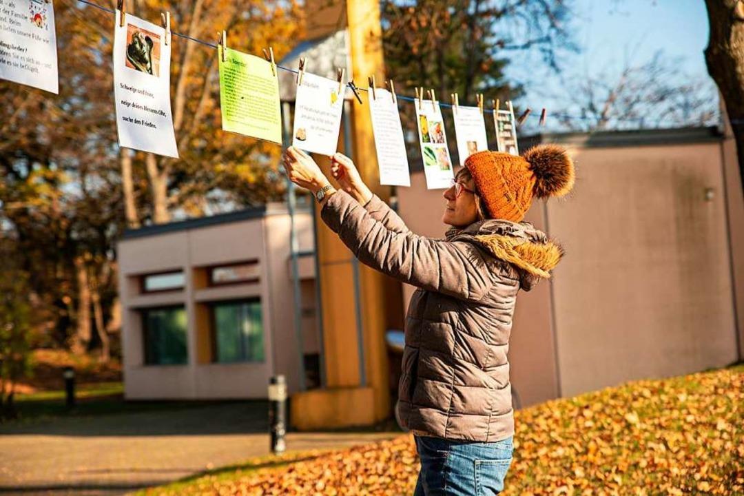 Marika Trautmann hängt ein neues Blatt...m evangelischen Gemeindehaus in March.    Foto: Hubert Gemmert