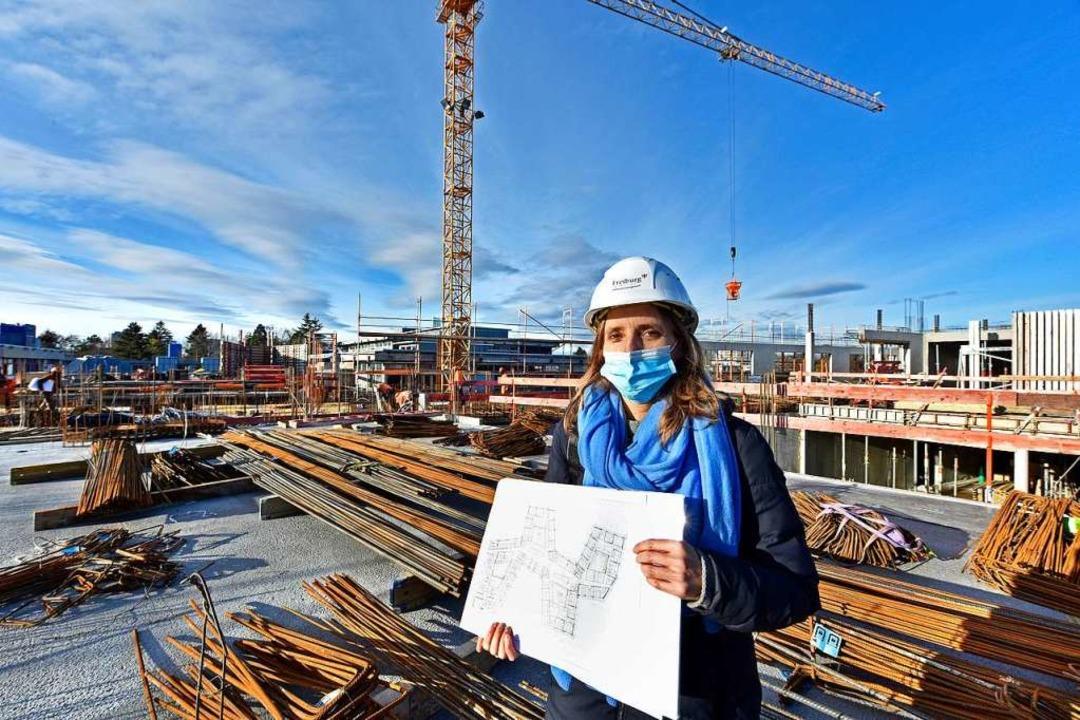 Projektleiterin Stefanie Baur mit Plan  | Foto: Michael Bamberger