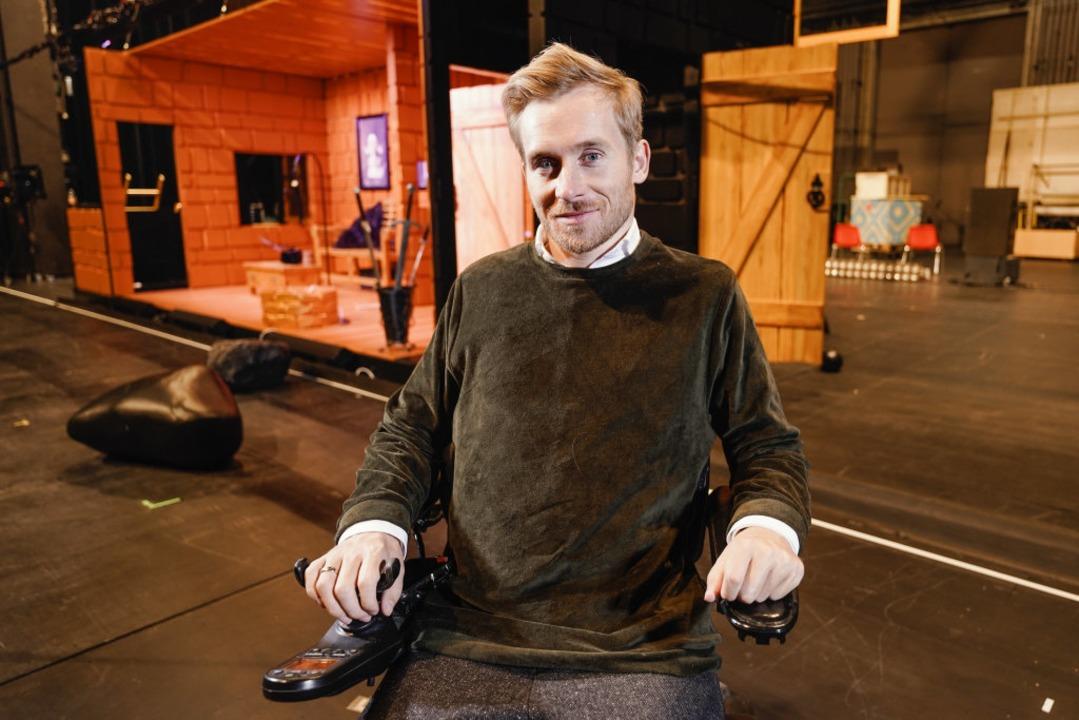 Samuel Koch auf einer Bühne des Nationaltheaters  | Foto: Uwe Anspach (dpa)