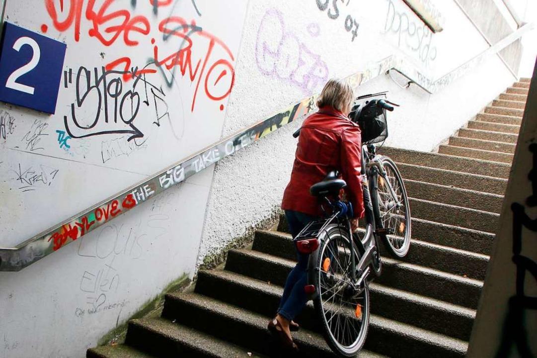 Radfahrer und Rollstuhlfahrer haben es am Friesenheimer Bahnhof schwer.  | Foto: Heidi Fößel