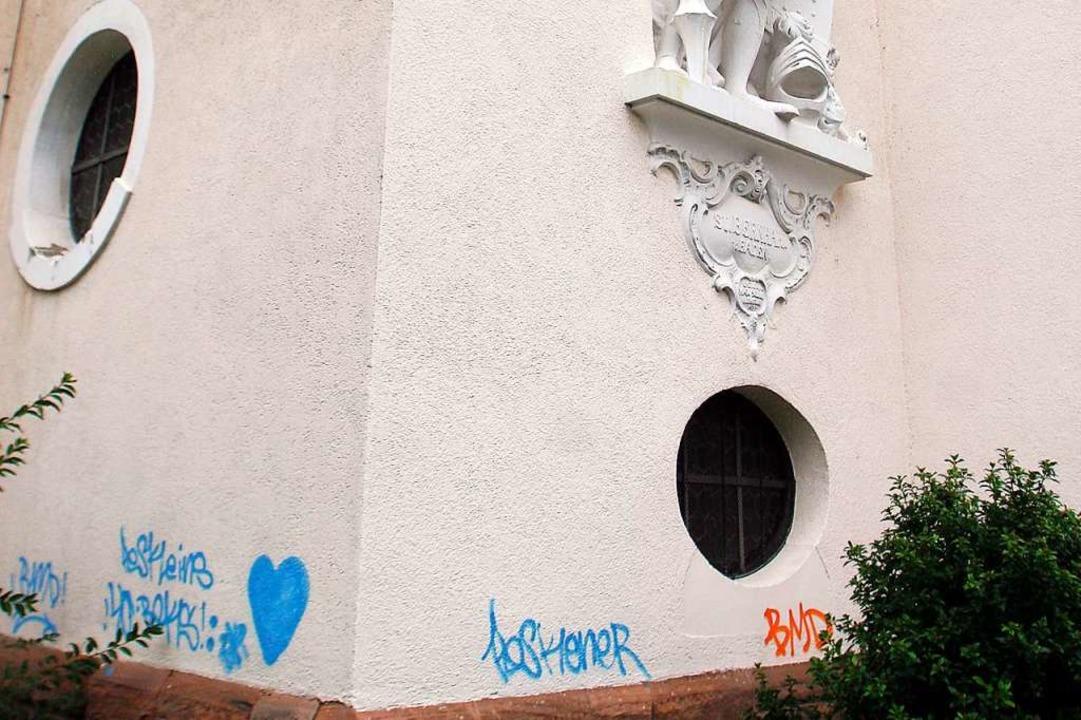 Schon 2013 gab es Farbschmierereien an...heim, hier an der  Laurentius-Kirche.     Foto: Heidi Foessel