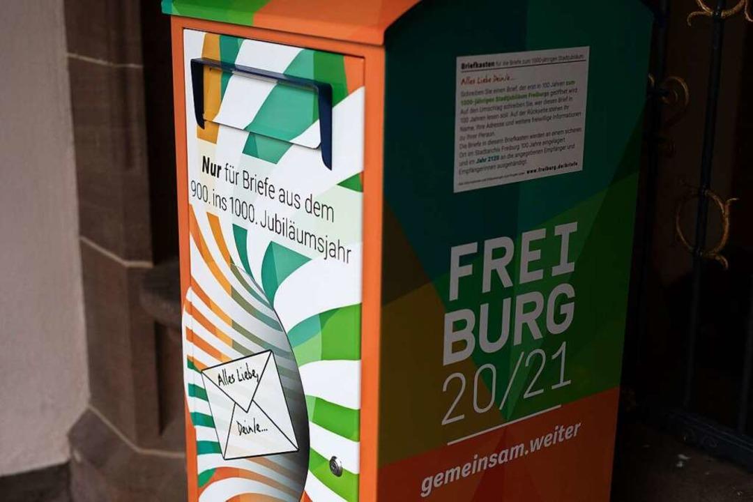 Ein Briefkasten, in den Freiburger Bür...nnen, steht vor dem Rathaus der Stadt.  | Foto: Philipp von Ditfurth (dpa)