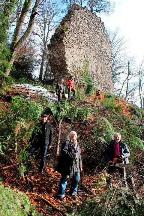 Vor den Resten der Burg Wiesneck (vorn... Waldarbeiter der Firma Steurenthaler.    Foto: Erich Krieger