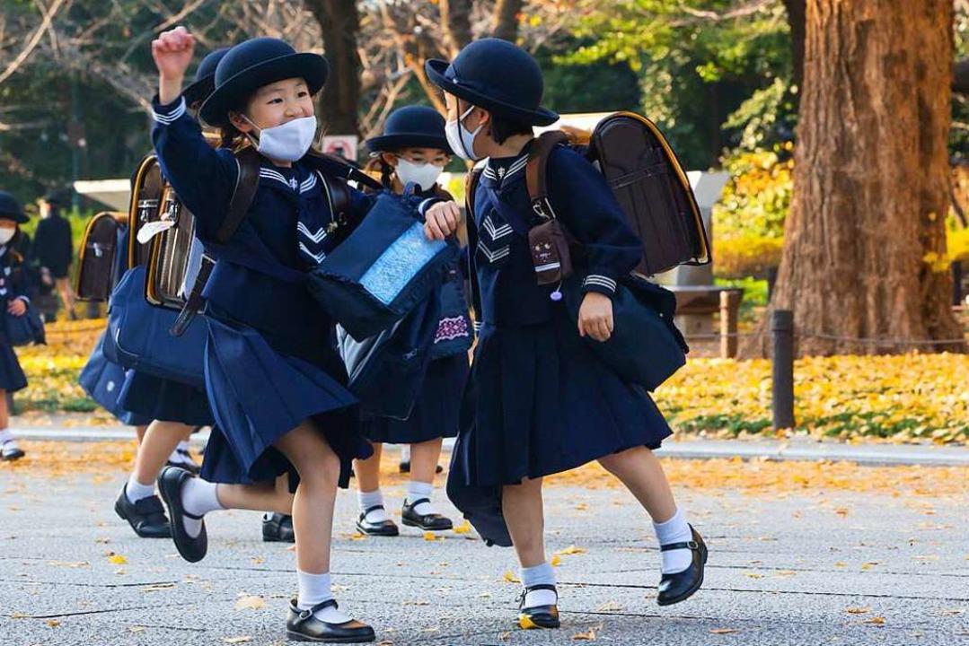 Japanische Grundschüler gehen in tradi...Beendigung des Unterrichts nach Hause.    Foto: Stanislav Kogiku (dpa)