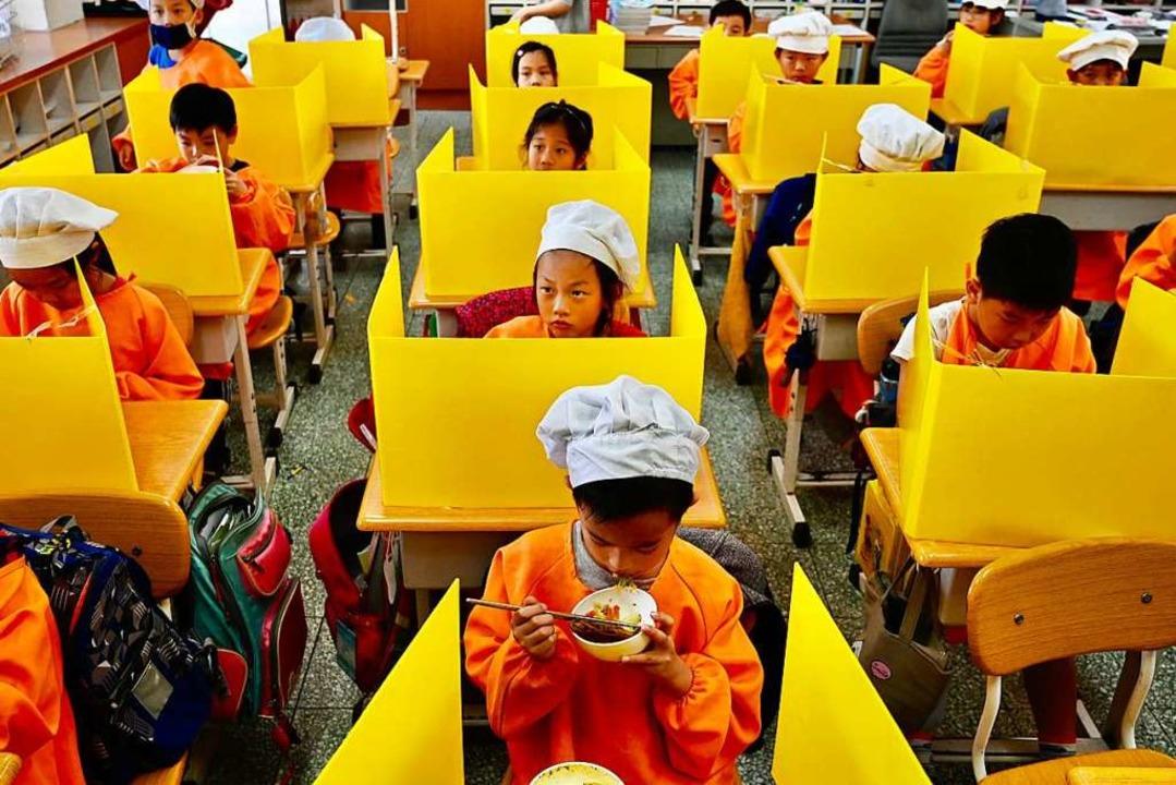Kinder in einer Schule-Kantine in Taipei im April.    Foto: SAM YEH (AFP)