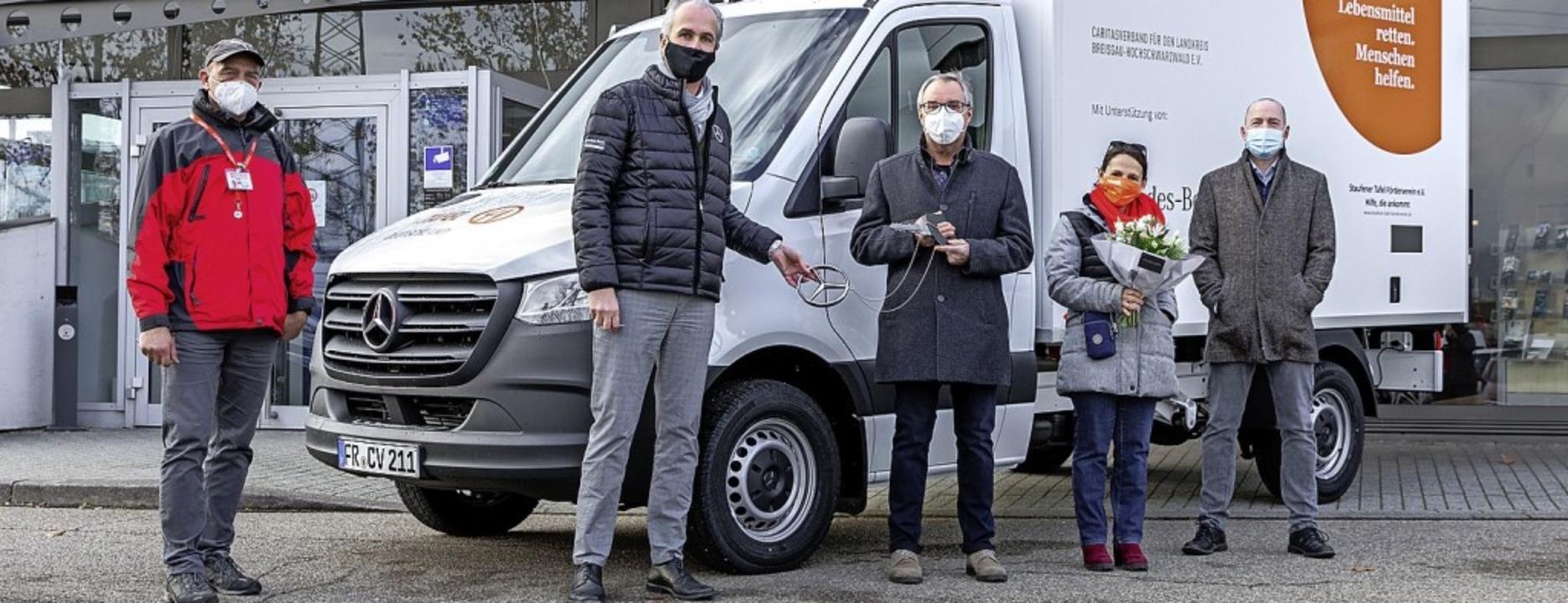 Carsten Krüger (Tafel-Fahrer, von link...beck (Caritasverband) bei der Übergabe  | Foto: privat