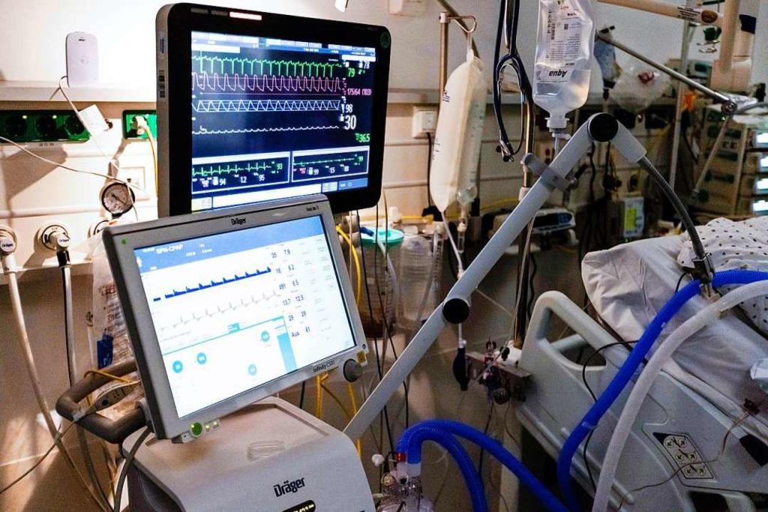 Ein Beatmungsgerät steht  am Bett eines Corona-Patienten.    Foto: Frank Molter (dpa)