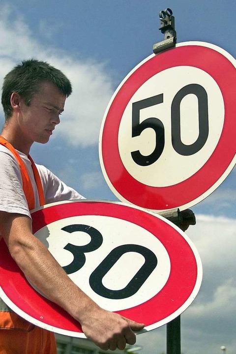 Generell 30 statt 50 km/h will die Stadt Freiburg einführen. Symbolbild.  | Foto:  dpa Deutsche Presse-Agentur