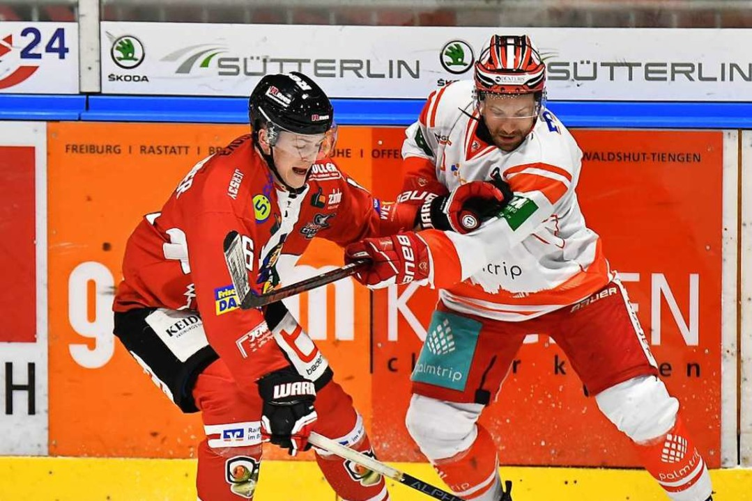 EHC-Spieler Peter Spornberger (l.) gegen Andreas Pauli von Bad Nauheim  | Foto: Achim Keller