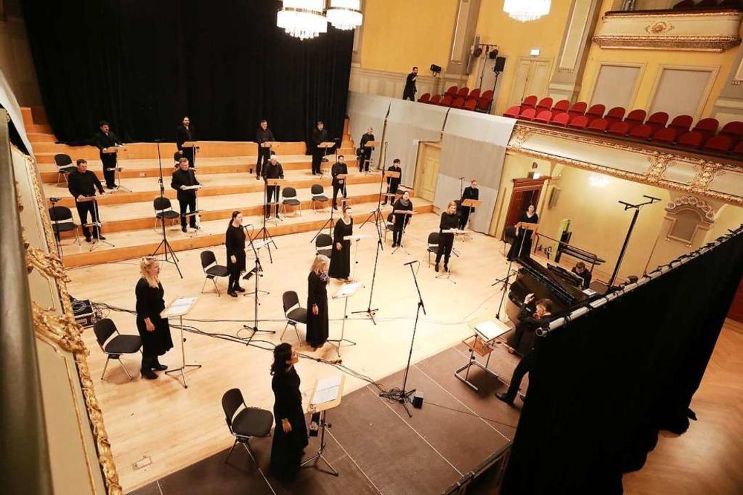 Singen mit Abstand: Mitglieder des Opernchores  des Theaters Altenburg-Gera    Foto: Bodo Schackow (dpa)