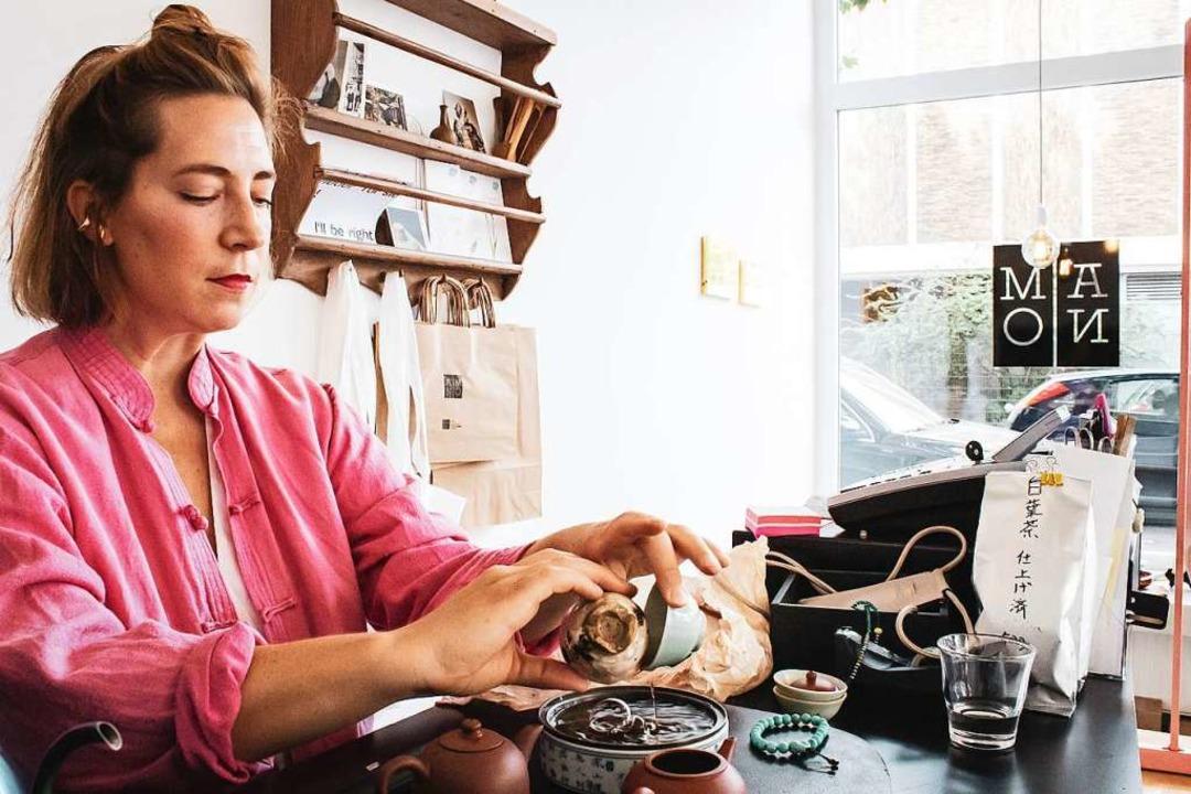 Anna Friedel während einer Zeremonie in ihrem Teeladen in Düsseldorf    Foto: Chii Rempel (dpa)