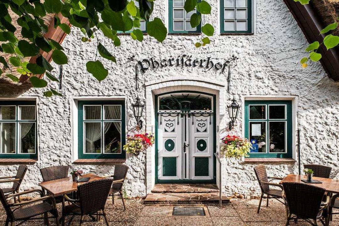 Im Pharisäerhof auf der Halbinsel Nordstrand gibt's Kaffee mit Schuss.    Foto: Pharisa·erhof (dpa)