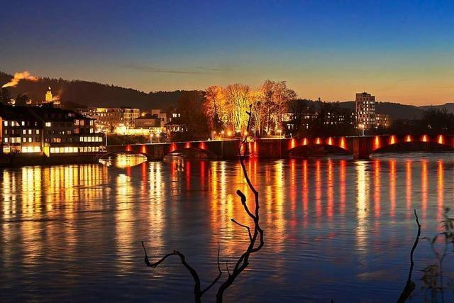 Die Illumination der Rheinbrücke in Rheinfelden polarisiert