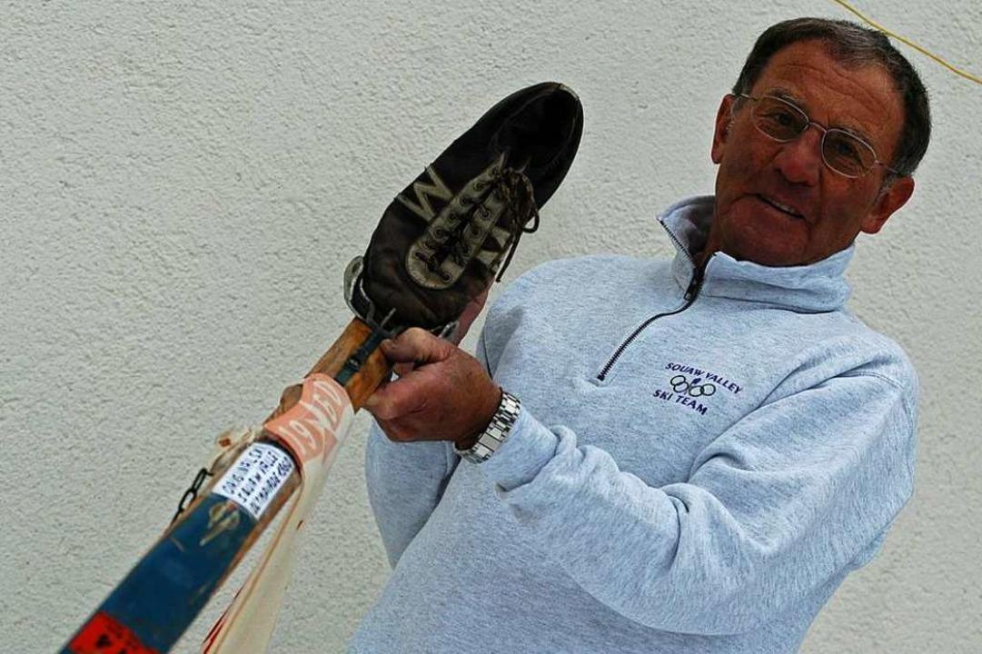 Zeitzeugen: Siegfried Hug und der Ski,...klassisch, auf Bambusstöcke gestützt.   | Foto: Johannes Bachmann
