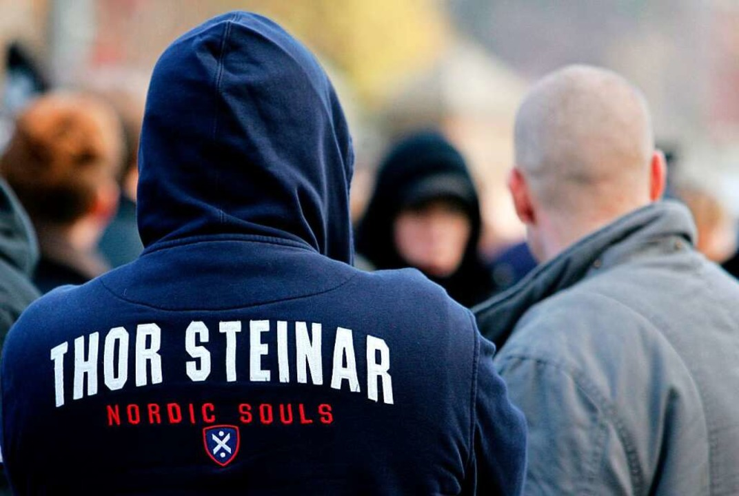 Erkennungsmerkmal der rechten Szene: ein Kapuzenshirt der Marke Thor Steinar  | Foto: Patrick Pleul